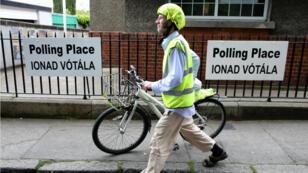 Un électeur en train de quitter son bureau de vote de l'école nationale Drumcondra, à Dublin, le 24mai2019.