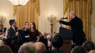 Un miembro del personal de la Casa Blanca toma el micrófono del Jim Acosta de la CNN mientras cuestiona el presidente de los Estados Unidos, Donald Trump, durante una conferencia de prensa en la Casa Blanca en Washington, EE. UU., el 7 de noviembre de 2018.
