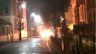Le service de police d'Irlande du Nord a diffusé une photo d'une voiture piégée devant un tribunal à Londonderry.