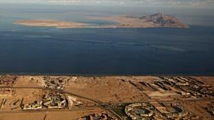 أرشيف بتاريخ 14 كانون الثاني/يناير 2014 من نافذة طائرة تظهر جزيرتي تيران وصنافير على البحر الأحمر