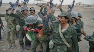 جنود عراقيون خلال الحرب العراقية الإيرانية (1980-1988) في الفاو بجنوب العراق في 20 نيسان/أبريل 1988