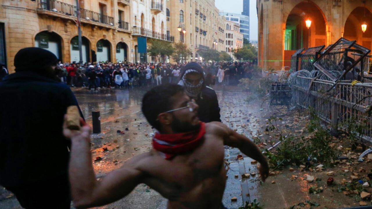 Un manifestant jette une pierre lors d'une manifestation anti-gouvernementale à Beyrouth, samedi 18 janvier 2020.