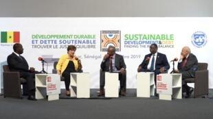 Alassane Ouattara, Kristalina Georgieva, Alain Foka, Macky Sall et Jean-Hervé Lorenzi sur le plateau du Débat africain, à Dakar.
