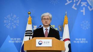 """Oh Tai-Kyu, jefe de la unidad especial para investigar el acuerdo de 2015 entre Corea del Sur y Japón sobre el asunto de las """"mujeres de confort"""", habla durante una sesión informativa sobre su investigación en el Ministerio de Relaciones Exteriores en Seúl, el 27 de diciembre de 2017."""