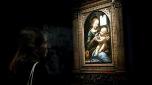 La pintura 'Benois Madonna' de Leonardo da Vinci es retratada durante una visita de prensa de la exposición 'Leonardo da Vinci' para conmemorar el 500 aniversario de su muerte en el Museo del Louvre en París, Francia, el 20 de octubre de 2019.