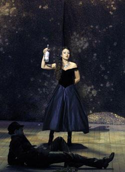 Irina Lungu dans la Traviata de Verdi,à Aix en Provence (crédit photo : Pascal Victor / Artcomart)