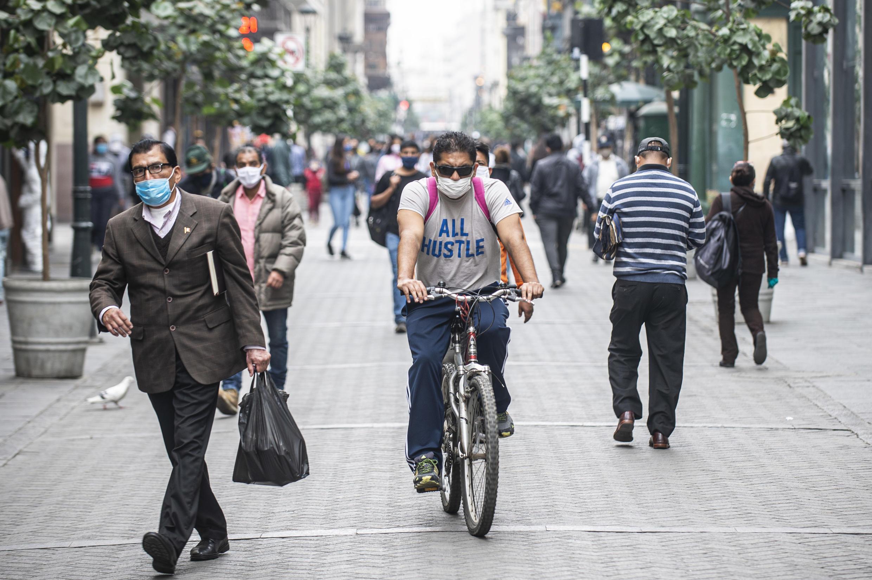 Vista de una peatonal del centro de Lima el 1 de julio de 2020, primer día de desconfinamiento en Perú