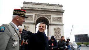 El presidente francés, Emmanuel Macron, y el jefe del estado mayor del ejército, François Lecointre, asistieron a una ceremonia con motivo del aniversario número 74 de la victoria de la Segunda Guerra Mundial el 8 de mayo de 2019.