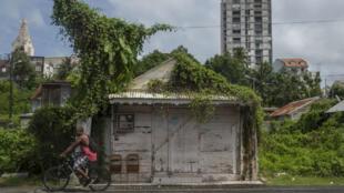À peine deux semaines après Irma, la population de Guadeloupe est appelée à se préparer au passage de l'ouragan Maria.