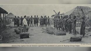 En RDC, des esclaves présentent la récolte de caoutchouc aux colons belges.
