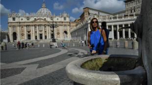 Le Vatican a décidé lundi de fermer ses fontaines situées à l'extérieur, ou ici sur la célèbre place Saint-Pierre.