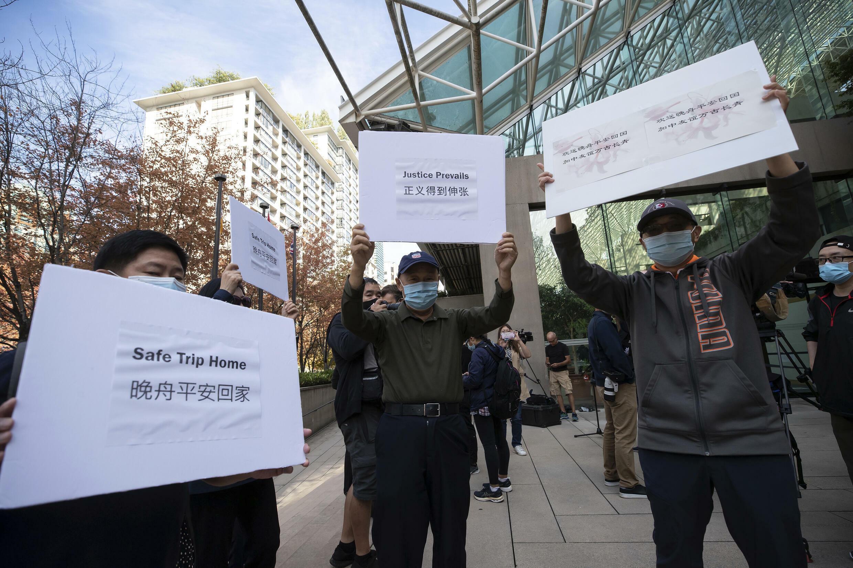 Algunos seguidores de Meng Wanzhou, directora financiera de Huawei, sostienen carteles frente a la Corte Suprema de BC en Vancouver en donde fue liberada bajo fianza.