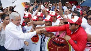 Andrés Manuel López Obrador, presidente de México, saluda a sus seguidores en un acto de campaña en el estado de Tabasco.