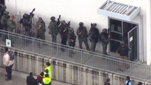 Elementos armados entran a la edificación donde se inició el incidente.