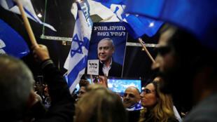 Partidarios del primer ministro Netanyahu reaccionan cuando los resultados de los sondeos a pie de urna son conocidos, en la sede del partido Likud, en Tel Aviv, Israel, el 2 de marzo de 2020.