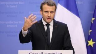 الرئيس الفرنسي إيمانويل ماكرون خلال مؤتمر صحافي في بروكسل في 15 ديسمبر 2017