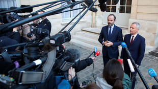 El primer ministro francés, Edouard Philippe, y Francois de Rugy, ministro francés para la transición ecológica e inclusiva, emiten un comunicado en el Hotel Matignon en París, Francia, el 30 de noviembre de 2018.