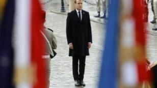 الرئيس الفرنسي إيمانويل ماكرون أمام نصب الجندي المجهول بباريس في 11 تشرين الثاني/نوفمبر