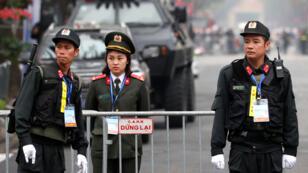 Oficiales de policía montan guardia fuera del hotel Melia antes de la cumbre entre Corea del Norte y Estados Unidos en Hanói, Vietnam, el 26 de febrero de 2019.