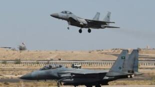 مقاتلة آف-15 سعودية تحط في قاعدة خميس مشيط