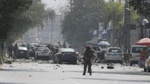 عناصر من الأمن الأفغاني في موقع الهجوم الانتحاري بكابول. 5 سبتمبر/أيلول 2019.