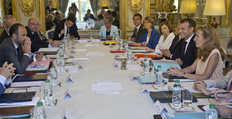 El presidente Macron (D) y su Primer Ministro Edouard Philippe (I) dirigen el último consejo de ministros antes de salir a vacaciones.