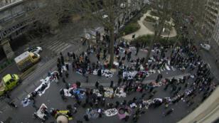 Les vendeurs à la sauvette de la place de La Chapelle et du square Louise-de-Marillac, le 3 mars 2016