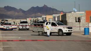 Un técnico forense lleva marcadores de evidencia hacia una casa donde cinco miembros de una familia fueron encontrados muertos, según medios locales, en Ciudad Juárez, México, el 16 de enero de 2019.