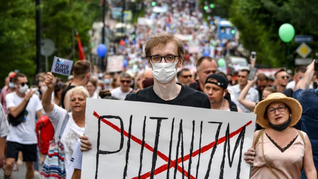 Un manifestante lleva una pancarta contraria al presidente ruso, Vladimir Putin, en una de las protestas de Jabárovsk. El 25 de julio de 2020.