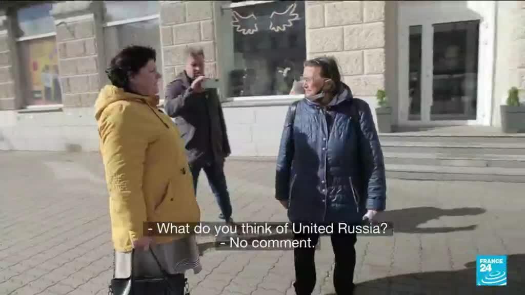 Opposition activist Elena Pariy talking to a Russian in the Central region of Urals.