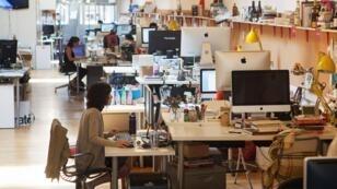 """Dans le bureau du site Tasting Table, à New York, l'espace n'est délimité par aucun mur : """"L'open space permet à chacun d'avoir une visibilité sur ce qu'il se passe dans tous les départements, ce qui renforce la cohésion du groupe"""", explique Samantha Bernstein, en charge de la communication."""