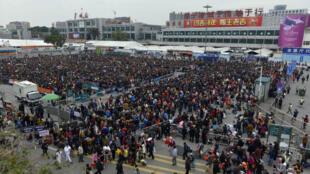 Des dizaines de milliers de passagers se sont retrouvés bloqués par des chutes de neige à Guangzhou, dans le sud de la Chine le 2 février 2016.