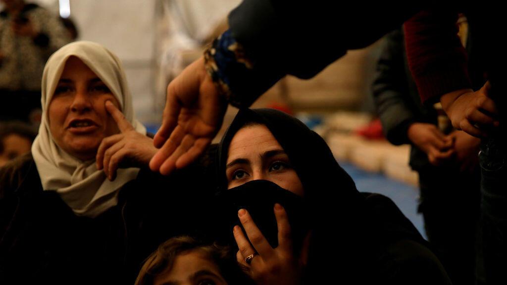 Las mujeres sirias desplazadas internamente y sus hijos se sientan en una tienda de campaña en un campo de desplazados ubicado cerca de Idlib, Siria, el 27 de febrero de 2020.
