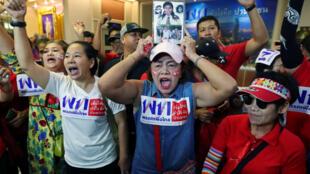 Militantes del partido Pheu Thai celebran luego de conocer los resultados preliminares de las elecciones de la Cámara de Representantes en Bangkok, Tailandia, el 24 de marzo de 2019.