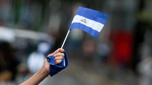 Archivo. Un ciudadano nicaragüense ondea una bandera de ese país en una de las marchas registradas en el 2018 contra el Gobierno del Presidente Daniel Ortega. Managua, Nicaragua.