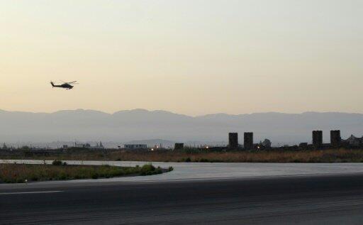 صورة التقطت في 12 أيلول/سبتمبر 2017 لمروحية روسية عند اقترابها من القاعدة الجوية الروسية في حميميم بمحافظة اللاذقية في غرب سوريا