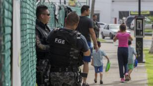 Des policiers patrouillent dans les rues de Puerto Vallarta, dans l'ouest du Mexique, en août 2016.