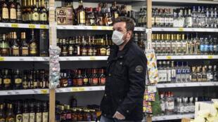 Un cliente compra en un supermercado de Moscú el 13 de mayo de 2020