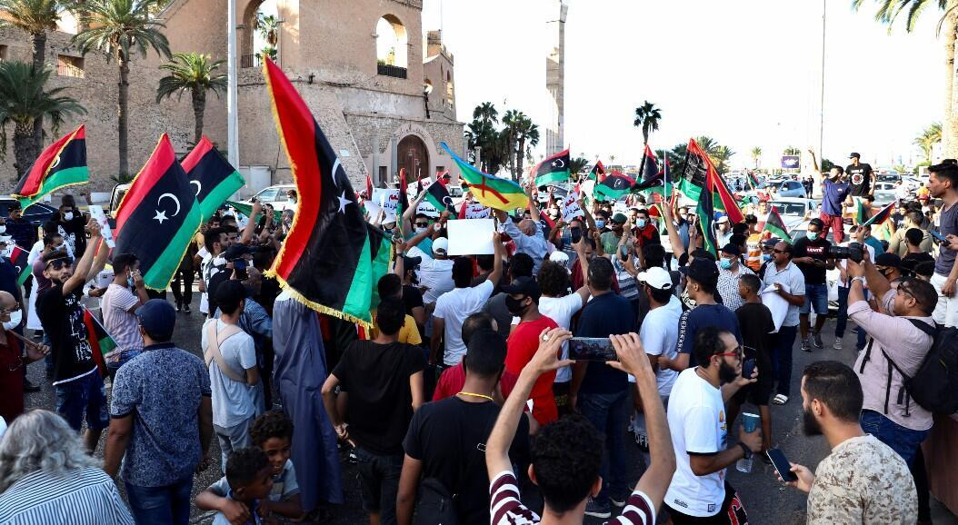 Archivo-Decenas de personas participan en una manifestación antigubernamental, en Trípoli, Libia, el 25 de agosto de 2020.