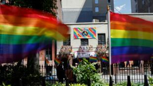 Banderas del Orgullo Gay ondean ante el lugar del levantamiento de Stonewall en 1969 en Greenwich Village, Nueva York, EE. UU.4 de junio de 2019.