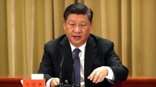 El presidente chino, Xi Jinping, habla durante la conmemoración del 40 aniversario del Mensaje a los compatriotas de Taiwán en el Gran Salón del Pueblo en Pekín, China, 02 de enero de 2019.
