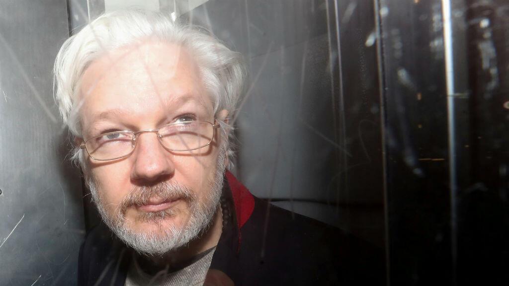 El fundador de WikiLeaks, Julian Assange, deja la Corte de Magistrados de Westminster en Londres, Gran Bretaña, el 13 de enero de 2020.