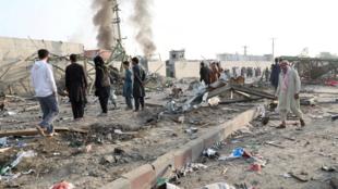 Residentes de Kabul en el área atacada este lunes 2 de septiembre de 2019, en Afganistán.