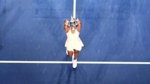 الأمريكية سلون ستيفنز ترفع كأس بطولة الولايات المتحدة المفتوحة في كرة المضرب بعد فوزها في النهائي على مواطنتها ماديسون كيز10 أيلول/سبتمبر