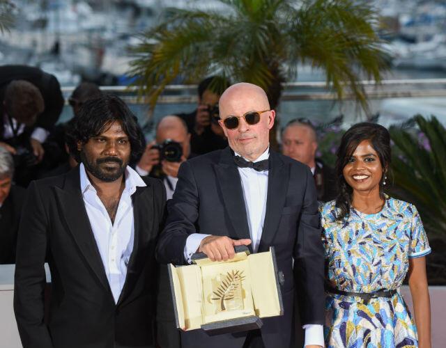 """Le réalisateur Jacques Audiard entouré d'Antonythasan Jesuthasan et Kalieaswari Srinivasan, les deux comédiens principaux de """"Dheepan"""", Palme d'or 2015."""