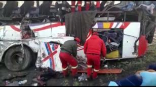 Los policías rescatan a las víctimas del accidente en Potosí, Bolivia, el 18 de febrero de 2019.
