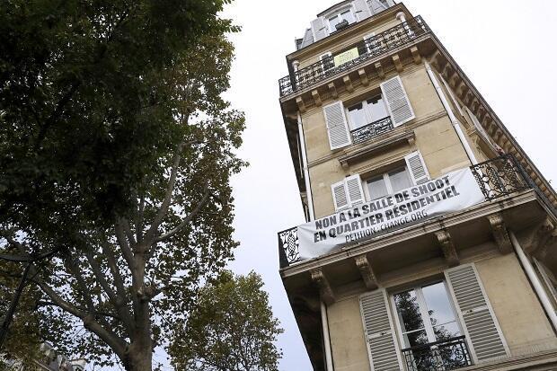 """À proximité de la """"salle de shoot"""" du Xe arrondissement de Paris, des habitants ont déployé une banderole."""