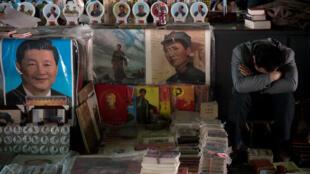 Dans une échoppe à Pékin, un portrait de Mao Tsé-toung aux côtés de celui de l'actuel président Xi Jinping.