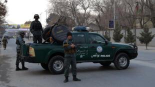 Un barrage barre la route près de l'hôpital militaire de Kaboul.