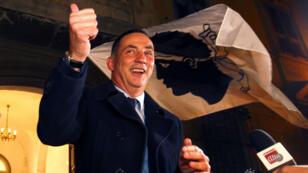 Le leader de la coalition nationaliste Pè a Corsica Gilles Simeoni fête sa victoire à Bastia, le 10 décembre 2017.